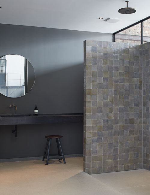 fotolocation-loft-brickwall-brick-industrial-peter-fehrentz-interiordesign-design-sink-bathroom-steel-tiles
