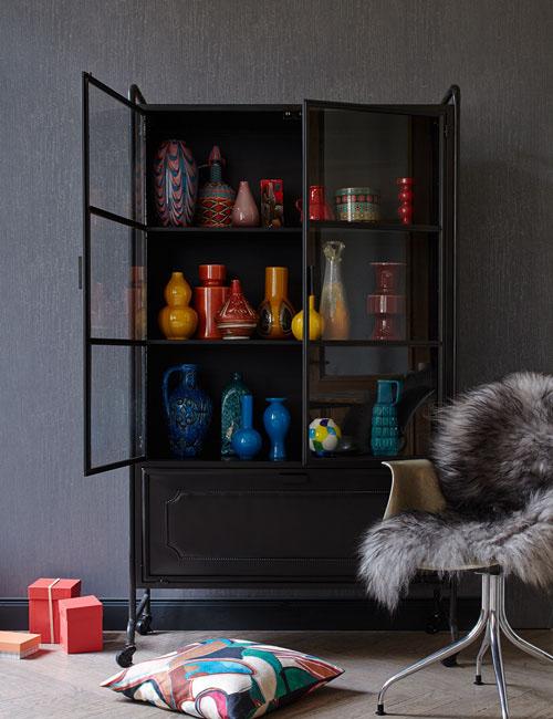 Peter Fehrentz interiordesign photography Innenarchitektur Fotografie Design Möbeldesign Furnituredesign Schöner Wohnen grey and color cabinet vases color